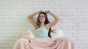 Allungamenti della donna prima di ora di andare a letto video d archivio