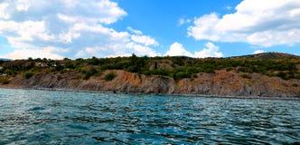 Allungamenti della montagna lungo la linea costiera Fotografia Stock Libera da Diritti