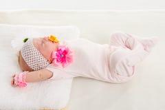 Allungamenti della neonata nel suo sonno che si trova a letto Immagini Stock Libere da Diritti