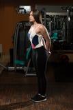 Allungamenti delle giovani donne nel club di forma fisica Fotografie Stock