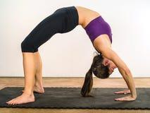 Allungamenti dello stomaco di yoga Fotografia Stock Libera da Diritti