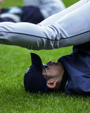 Allungamenti di Ichiro prima di un gioco Immagine Stock