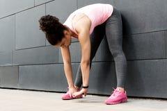 Allungamenti femminili del corridore prima dell'esercitazione Immagine Stock Libera da Diritti