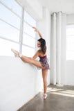 Allungamenti lei stessa del ballerino di balletto vicino alla finestra Fotografie Stock Libere da Diritti