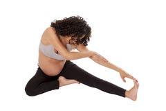Allungamenti molto di una donna incinta prima dell'esercizio. Fotografie Stock