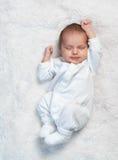 Allungamenti neonati su pelliccia bianca Fotografie Stock