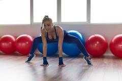 Allungamenti sani della donna al pavimento Fotografia Stock Libera da Diritti