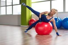 Allungamenti sani della donna sulla palla Fotografie Stock Libere da Diritti