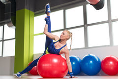 Allungamenti sani della donna sulla palla Fotografia Stock
