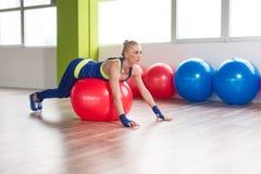Allungamenti sportivi della donna di misura sulla palla Fotografia Stock Libera da Diritti