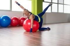Allungamenti sportivi della donna di misura sulla palla Fotografie Stock