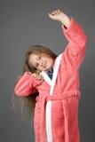 Allungamenti svegli della bambina nella mattina Fotografia Stock Libera da Diritti