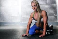 Allungamento adatto della donna di forma fisica Fotografia Stock Libera da Diritti