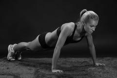 Allungamento adatto della sportiva della giovane bella donna sportiva Immagine Stock Libera da Diritti