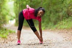Allungamento afroamericano del pareggiatore della donna - forma fisica, la gente e Immagine Stock Libera da Diritti