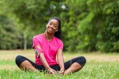 Allungamento afroamericano del pareggiatore della donna - forma fisica, la gente e Fotografia Stock