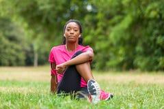 Allungamento afroamericano del pareggiatore della donna - forma fisica, la gente e Immagini Stock