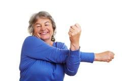 Allungamento anziano della donna Fotografia Stock