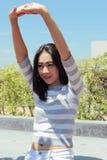 Allungamento asiatico della donna Fotografie Stock