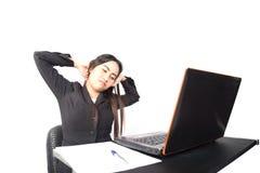 Allungamento asiatico della donna di affari Immagini Stock