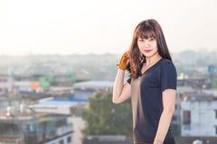 Allungamento asiatico di alba di forma fisica della donna prima di pareggiare il welln di allenamento Fotografia Stock
