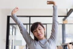 allungamento asiatico lei stessa della ragazza della studentessa fuori dopo avere svegliato Fotografia Stock Libera da Diritti