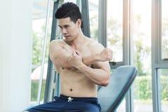 Allungamento asiatico muscolare dell'uomo Immagine Stock Libera da Diritti