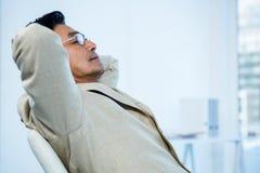 Allungamento asiatico sorridente dell'uomo d'affari Fotografia Stock Libera da Diritti