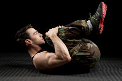 Allungamento atletico dell'uomo Fotografie Stock Libere da Diritti