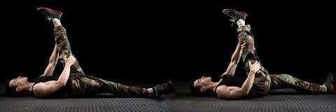 Allungamento atletico dell'uomo Fotografia Stock Libera da Diritti