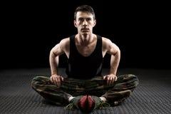 Allungamento atletico dell'uomo Immagini Stock Libere da Diritti