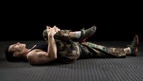 Allungamento atletico dell'uomo Fotografia Stock