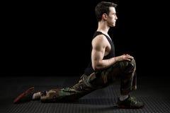 Allungamento atletico dell'uomo Fotografie Stock