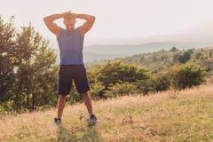 Allungamento atletico dell'uomo all'aperto Fotografia Stock Libera da Diritti