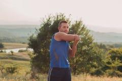 Allungamento atletico dell'uomo all'aperto Immagine Stock Libera da Diritti