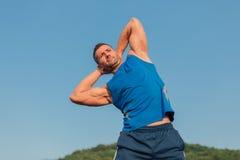 Allungamento atletico dell'uomo all'aperto Immagini Stock