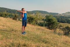 Allungamento atletico dell'uomo all'aperto Fotografie Stock Libere da Diritti