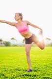 Allungamento atletico della donna Fotografia Stock Libera da Diritti
