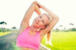 Allungamento atletico della donna Fotografie Stock Libere da Diritti