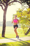 Allungamento atletico della donna Immagini Stock Libere da Diritti
