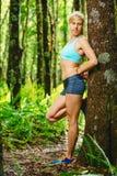 Allungamento atletico della donna Immagine Stock Libera da Diritti