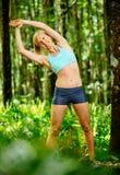 Allungamento atletico della donna Immagine Stock