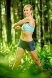 Allungamento atletico della donna Fotografia Stock