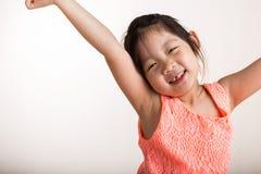 Allungamento/bambino del bambino che allunga nel fondo di mattina Fotografia Stock