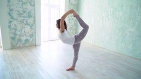 Allungamento bello della donna giovane Donna che fa yoga in studio archivi video