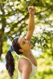 Allungamento castana adatto concentrato nel parco Fotografia Stock Libera da Diritti