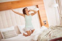 Allungamento castana sveglio e sbadigliare di mattina Immagine Stock