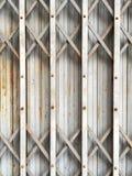 Allungamento d'acciaio bianco arrugginito della porta Fotografia Stock Libera da Diritti