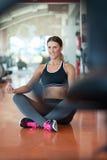 Allungamento degli esercizi dei pilates nello studio di forma fisica Fotografia Stock Libera da Diritti