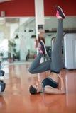 Allungamento degli esercizi dei pilates nello studio di forma fisica Immagini Stock Libere da Diritti